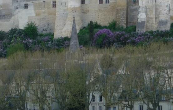 Chinon, capitale royale. Charles VII et sa cour s'y sont installés quelques années. Après l'intervention magistrale de Jeanne d'Arc