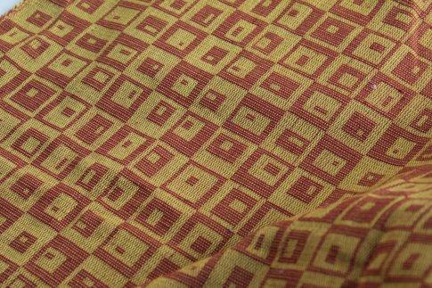 Tissu réalisé en coton sorti d'un fond de tiroir. Structure été-hiver. Transformé en jupe