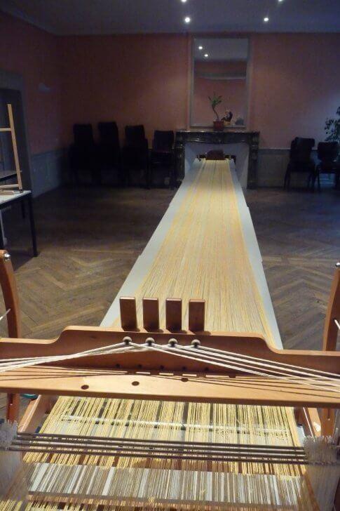 Une longue chaîne installée pour jouer sur une longue table !